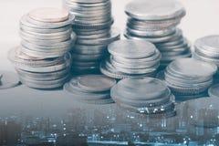 Las filas de la moneda y el gráfico del mercado de acción negocian el indicador financiero Foto de archivo libre de regalías