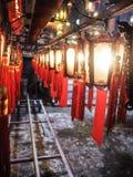 Las filas de linternas chinas de madera y de cristal tradicionales con bendicen Foto de archivo