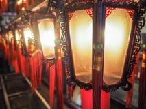 Las filas de linternas chinas de madera y de cristal tradicionales con bendicen Fotos de archivo libres de regalías
