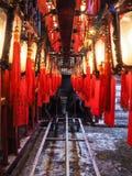 Las filas de linternas chinas de madera y de cristal tradicionales con bendicen Imágenes de archivo libres de regalías