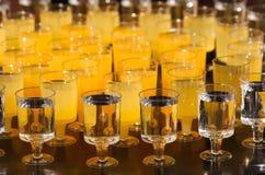 Las filas de vidrios con las bebidas Foto de archivo libre de regalías