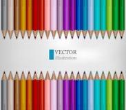 Las filas del arco iris colorearon los lápices en el fondo blanco Imagenes de archivo