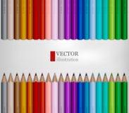 Las filas del arco iris colorearon los lápices en el fondo blanco Fotografía de archivo libre de regalías