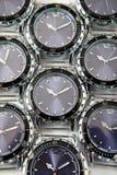 Las filas del reloj de un hombre con el dial azul mienten en un fondo blanco Fotos de archivo libres de regalías