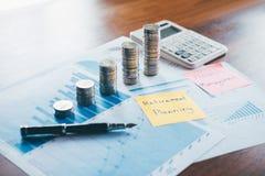 Las finanzas del negocio con el documento del informe, apilando las monedas para intensifican negocio cada vez mayor al beneficio imagen de archivo