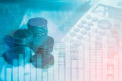 Las finanzas y las actividades bancarias del dinero de la moneda de la pila con el gráfico de beneficio del mercado de acción neg Imagen de archivo libre de regalías
