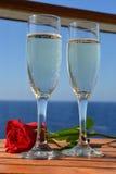 Las flautas del champán y romántico subieron Foto de archivo