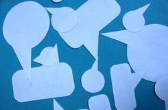 Las flechas blancas cortaron del papel para escribir pensamientos imagen de archivo libre de regalías