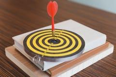 las flechas de los dardos golpearon el centro de la blanco Foto de archivo libre de regalías