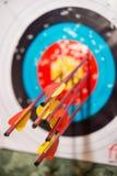 Las flechas de un arco golpearon exactamente la blanco foto de archivo libre de regalías