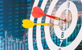 Las flechas en tablero de dardo con el fondo del gráfico del mercado de acción significan Fotografía de archivo