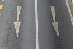 Las flechas indican la dirección del tráfico Foto de archivo libre de regalías