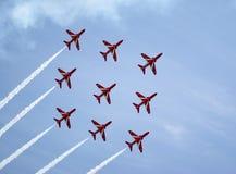 Las flechas rojas de la fuerza aérea real visualizan a las personas Foto de archivo