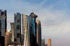 Las flechas rojas vuelan sobre la ciudad de Doha el 30 de septiembre de 2017 Foto de archivo libre de regalías