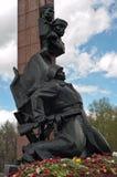 Las flores acercan al monumento a los héroes de la Unión Soviética Alexander Matrosov y M Gubaidullin Monumento de la Segunda Gue Imagen de archivo