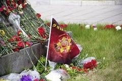 Las flores al monumento encendido pueden 9 Día de la victoria Imagen de archivo libre de regalías