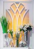 Flores y vela en ventana fotos de archivo libres de regalías