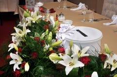Las flores coloridas, anaranjadas, rojas, púrpuras, verdes se adoptan como regalo de boda Fotos de archivo libres de regalías