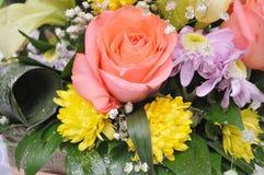 Las flores coloridas, anaranjadas, rojas, púrpuras, verdes se adoptan como regalo de boda Fotografía de archivo