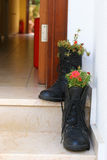 Las flores crecen en botas Fotografía de archivo