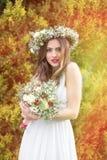 Las flores de la novia sonríen casandose presentando las flores imagenes de archivo