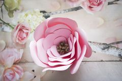 Las flores de papel son perfectas para traer la primavera dentro en cualquier momento del año Fotos de archivo