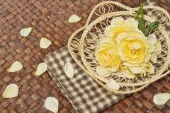 Las flores de Rose adornan en superficie de madera Foto de archivo