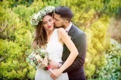 Las flores del novio de la novia sonríen boda que presenta las flores imagen de archivo libre de regalías