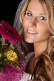Las flores del vestido de boda de la mujer cierran sonrisa Imagen de archivo