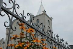 Las flores delante de la iglesia del ` s de Babilon imagen de archivo