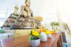 Las flores, el incienso y las velas fijaron para la adoración budista Buda Imagenes de archivo