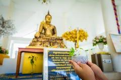 Las flores, el incienso y las velas fijaron para la adoración budista Buda Imagen de archivo libre de regalías