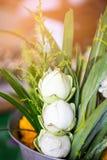 Las flores, el incienso y las velas fijaron para la adoración budista Buda Imagen de archivo