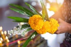 Las flores, el incienso y las velas fijaron para la adoración budista Buda Fotografía de archivo libre de regalías