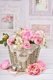 Las flores en cesta de mimbre en vintage diseñan el interior Fotos de archivo libres de regalías