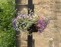 Las flores en una lámpara fijan el adornamiento de una calle Fotos de archivo