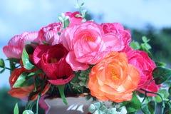 Las flores en una multiplicidad del florero pintan al aire libre en el jardín imágenes de archivo libres de regalías