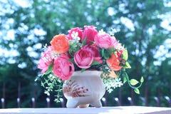 Las flores en una multiplicidad del florero pintan al aire libre en el jardín fotografía de archivo