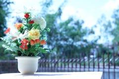 Las flores en una multiplicidad del florero pintan al aire libre en el jardín imagenes de archivo