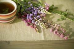 Las flores están en la tabla Foto de archivo