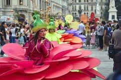 Las flores gigantes, festival internacional del teatro de la calle del B-ajuste, Imágenes de archivo libres de regalías