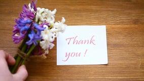Las flores hermosas de la primavera de un jacinto con le agradecen tarjeta