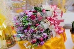 Las flores púrpuras y blancas de la orquídea se arreglan para la adoración de Buda Fotos de archivo