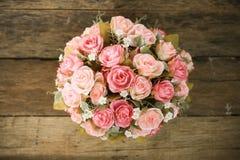 Las flores plásticas con el fondo de madera en vintage representan el estilo, equipo interior del hogar, flores fijadas en fondo  imágenes de archivo libres de regalías