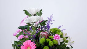 Las flores, ramo, rotación en el fondo blanco, composición floral consisten en el anastasis del crisantemo, gypsophila almacen de video