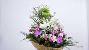 Las flores, ramo, rotación en el fondo blanco, composición floral consisten en el eucalipto, cineraria, tolerancia poner crema de almacen de video