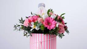 Las flores, ramo, rotación en el fondo blanco, composición floral consisten en el gerbera, piano del tulipán, Santini almacen de metraje de vídeo