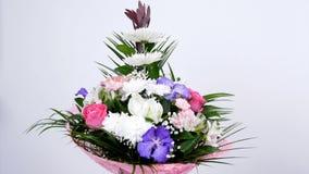 Las flores, ramo, rotación en el fondo blanco, composición floral consisten en el Leucadendron, anastasis del crisantemo almacen de metraje de vídeo