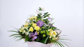 Las flores, ramo, rotación en el fondo blanco, composición floral consisten en la orquídea Vanda, crisantemo, Santini almacen de video