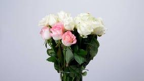 Las flores, ramo, rotación en el fondo blanco, composición floral consisten en las rosas blancas y rosadas Dzhemilja de Rose almacen de video